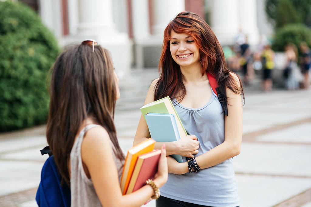 Studentinnen mit Buechern